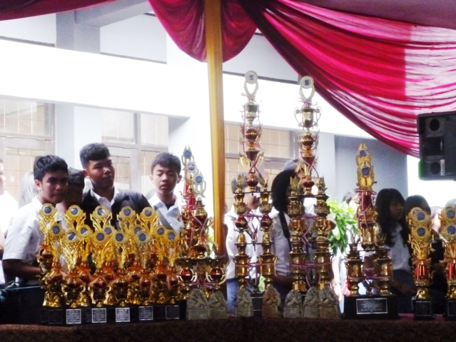 """""""...Deretan Piala Yang Telah di Persiapkan Panitya, bagi para Juara Lomba Sastra dan Bahasa Tingkat Sekolah Menengah Atas..."""" Photo By : Red NRMnews.com"""