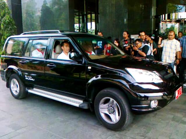 """...Jokowi dan Rekan-rekan Ketika Mengendarai Mobil Esemka Rajawali..."" Photo By : Red NRMnews.com"