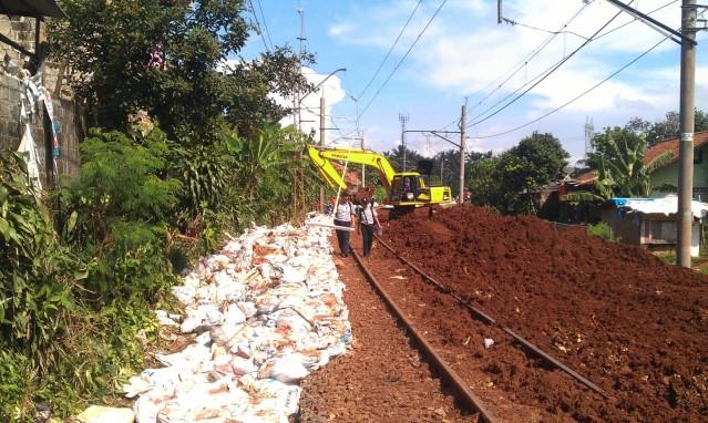 """""""...Ilustrasi Proyek Perbaikan Jalur Lintasan Rel Kereta Api ..."""" Photo By : Red NRMnews.com"""