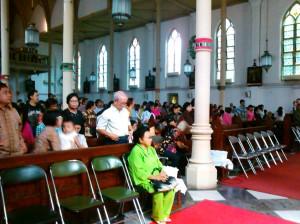"""...Pelaksanaan Misa di Katedral Bogor dalam perayaan Natal 2012 berlangsung khidmat..."" Foto by Red NRMnews.com"