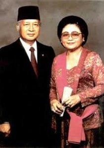 """...Mantan Presiden II RI, Jend.Purn TNI, HM Soeharto bersama Ibu Tien Soeharto..."""