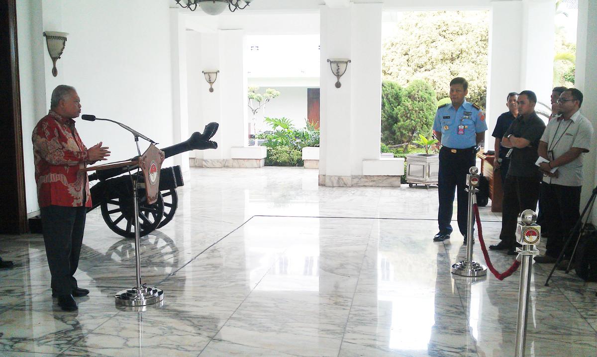 """""""...Menhan RI, Purnomo Yusgiantoro, saat Memberikan Keterangan Persnya pada Wartawan..."""" Foto By : Red NRMnews.com"""