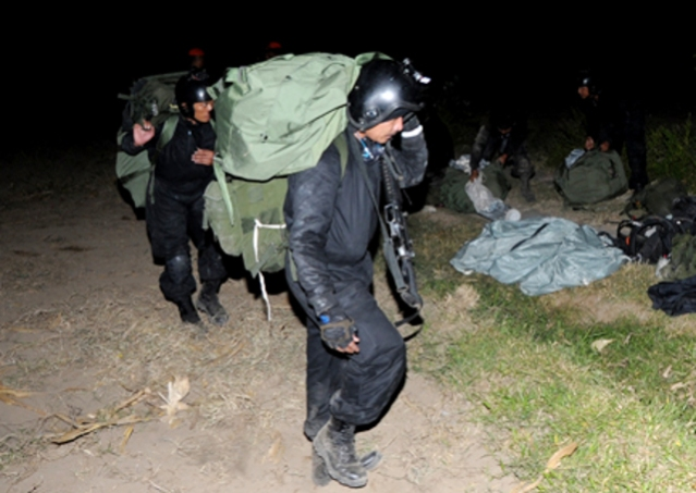 """""""...Personel Tim KDOL,saat  Mengemas Perlengkapan Terjun Usai Mendarat di Daerah Musuh dengan Selamat..."""" Photo By : Puspen TNI"""
