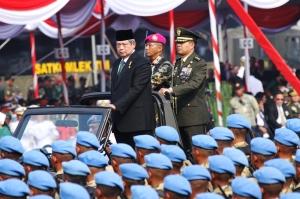 """...Mantan Presiden RI Dr. H. Soesilo Bambang Yudhoyono, saat Bertindak Selaku Inspektur Upacara dan Parade Militer..."" Photo By : NRMnews.com"