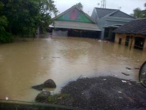 """""""...Ilustrasi Rumah-Rumah Warga saat Terendam Banjir..."""" Photo By : NRMnews.com"""