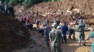 """...Upaya Evakuasi dan Pencarian Korban Bencana Tanah Longsor..."" Photo By : Red.NRMnews.com"
