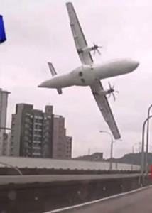 """""""...Ilustrasi Pesawat Terbang Miring Jelang Kecelakaan..."""""""