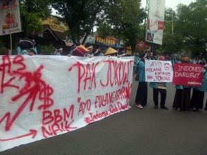 """...Ilustrasi Aksi Demonstrasi Mahasiswa yang Kecewa dengan Kepemimpinan Jokowi-JK..."" Photo By : BEM FP UNS"