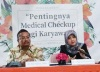 """""""...dr Tika dan dr Edi saat menjelaskan pentingnya melakukan medical checkup bagi karyawan..."""" dok. NRMnews.com"""