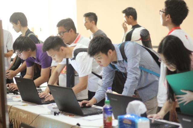 """""""...Antusias Mahasiswa Registrasi Online Sebelum ARSITALK1.2 Dimulai...."""" Photo By : Red.NRMnews.com"""