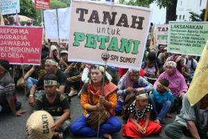"""""""...Ratusan massa yang tergabung dalam Serikat Petani Indonesia (SPI) Sumut melakukan aksi di kantor Pemprov Sumut...""""  Photo By : Sumut Pos"""