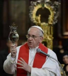 """""""...Uskup menatap darah santo yanuarius..."""""""